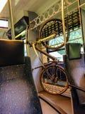 骑自行车垂悬在火车的机架 提供自行车恋人选择给旅行在公共交通 免版税库存照片