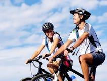 骑自行车夫妇 免版税库存图片