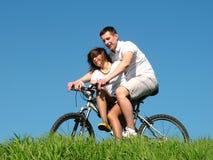 骑自行车夫妇 免版税库存照片