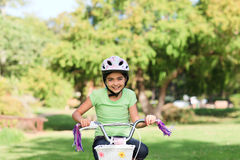 骑自行车女孩她一点 免版税库存照片