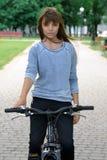 骑自行车女孩骑马 图库摄影