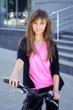骑自行车女孩骑马 免版税图库摄影