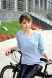 骑自行车女孩骑马 免版税库存图片