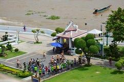 骑自行车小组泰国人旅行在wat游览的arun寺庙并且祈祷 库存图片