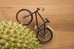 骑自行车尝试上升在围拢与刺的小山 库存图片