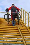 骑自行车推力,梯子,举,运载,手,人,坚强 库存照片