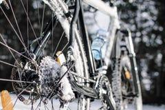 骑自行车有闸电动子的前个轮子在焦点,在雪在 库存照片