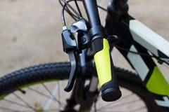 骑自行车有绿色夹子的把手在街道背景 免版税库存图片