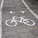 骑自行车标志,在路绘的自行车标志 免版税库存图片