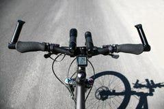 骑自行车没有手在高速公路 免版税库存照片