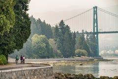 骑自行车沿史丹利公园在温哥华,加拿大 免版税库存照片