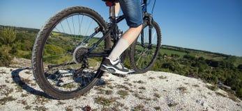 骑自行车浅骑自行车的骑自行车者深度域重点森林现有量山的透视图 体育和健康生活 极其体育运动 山bic 免版税库存照片