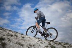 骑自行车浅骑自行车的骑自行车者深度域重点森林现有量山的透视图 体育和健康生活 极其体育运动 山bic 库存照片