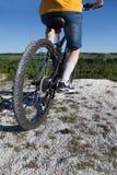 骑自行车浅骑自行车的骑自行车者深度域重点森林现有量山的透视图 体育和健康生活 极其体育运动 山bic 库存图片