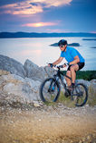 骑自行车浅骑自行车的骑自行车者深度域重点森林现有量山的透视图 免版税库存照片