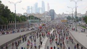 骑自行车游行在莫斯科支持循环的基础设施发展,莫斯科 股票录像