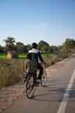 骑自行车男孩印地安人二年轻人 免版税库存照片