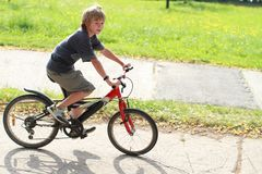 骑自行车男孩骑马 库存照片