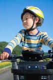 骑自行车男孩骑马 免版税图库摄影
