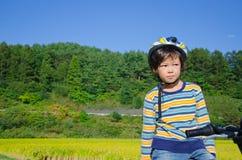 骑自行车男孩骑马 免版税库存照片