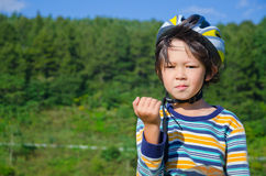 骑自行车男孩骑马 库存图片
