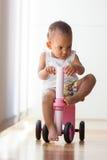 骑自行车的一点非裔美国人的小女孩画象- 免版税库存图片