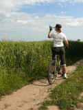 骑自行车的下落水 库存图片