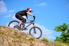骑自行车的专业骑自行车者在美丽的春天山行迹 极其体育运动 图库摄影