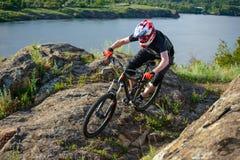 骑自行车的专业骑自行车者在美丽的春天山行迹 极其体育运动 免版税库存图片