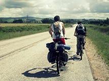 骑自行车的两个人 免版税库存照片