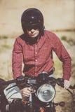 骑自行车的人上他的自行车,葡萄酒风俗摩托车 库存照片
