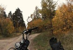 骑自行车的人下来坐摩托车和乘驾 股票视频