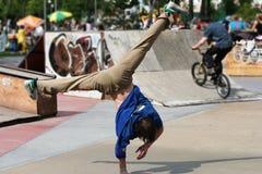 骑自行车的人中断舞蹈演员 库存图片