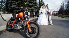 骑自行车的人(婚礼) 库存照片