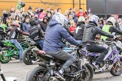 骑自行车的人人群汽车展示会的 免版税库存图片