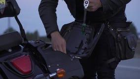 骑自行车的人从摩托车树干的作为仪器 股票视频