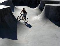 骑自行车的人公园冰鞋 免版税库存照片
