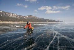 骑自行车的人冰 免版税图库摄影