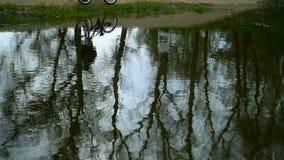 骑自行车的人剪影在水中被反射 影视素材