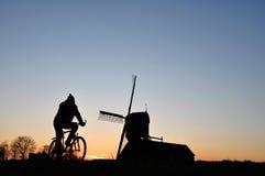骑自行车的人剪影 免版税库存图片