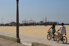 骑自行车的人和圣塔蒙尼卡码头 免版税库存图片