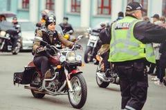 骑自行车的人和警察 免版税库存图片