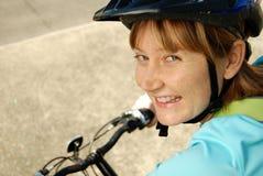 骑自行车的人咧嘴 库存图片