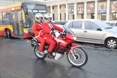 骑自行车的人圣诞老人 库存照片