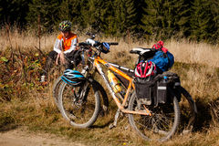 骑自行车的人在乘驾期间的女孩休息 免版税图库摄影