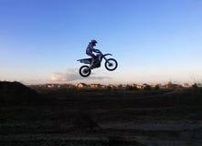 骑自行车的人在天空中 图库摄影