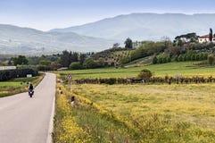 骑自行车的人在托斯坎乡下 免版税库存图片