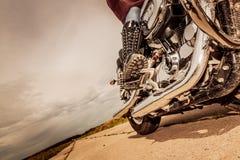 骑自行车的人在摩托车的女孩骑马 免版税库存照片
