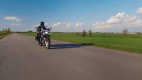 骑自行车的人在绿色领域背景的路乘坐  影视素材