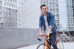 骑自行车的人外面 免版税库存图片